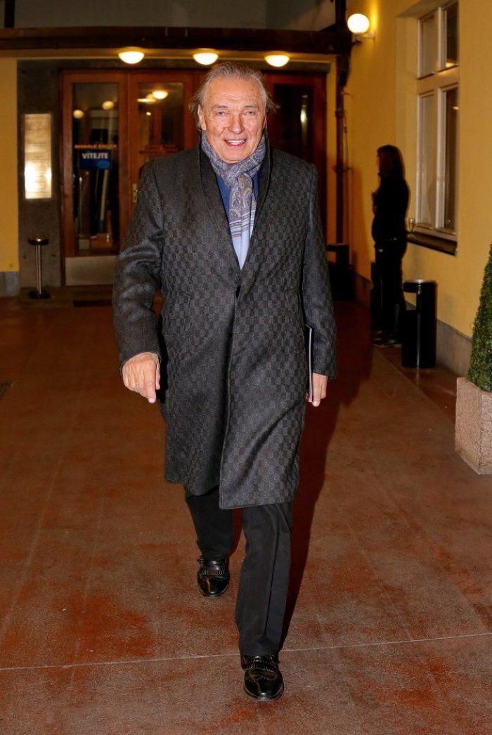 Karel Gott je v kabátě.