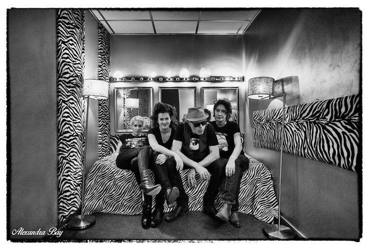 Sorti il y a presque un an maintenant « Aether », le premier album de Demi Mondaine a creusé son sillon des disquaires aux scènes rocks parisiennes. Proche de Tin-Tin, le groupe avait aussi joué sur la scène du Mondial du Tatouage, première édition. « Private Parts », la soirée, en est à sa deuxième édition. Un nom très fort pour le groupe, puisqu'il représente un titre légué par Iggy Pop. Demi Mondaine lance ses festivités 2015 avec une soirée qui sent le souffre et le rock. Forcément. Voix…