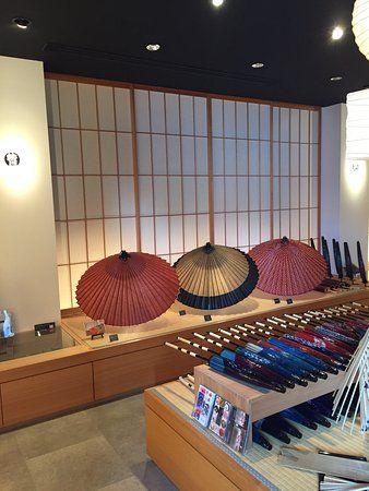 日本で一番古い、300年以上続く和傘屋さんです。すべて日本製、職人さんの技にうっとりします。蛇の目傘の彩り、番傘の粋、和日傘の可憐さ、日本の美があります。