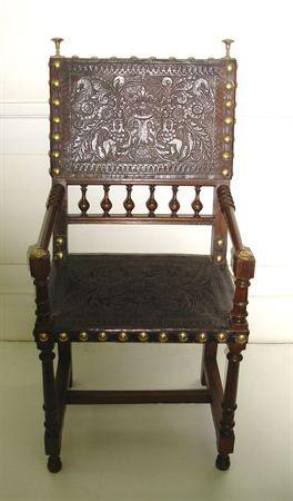 Cadeira de braços, Portugal, XVII d.C. Matéria:Madeira, couro e pregaria de latão.Técnica:Madeira torneada; couro lavrado.Dimensões 100,5; 51,5; 39,5 cm; / MatrizNet