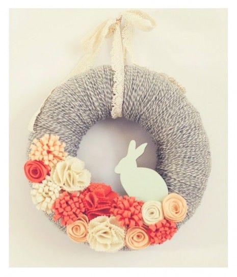 Ghirlanda pasquale con fiori e coniglio fai da te