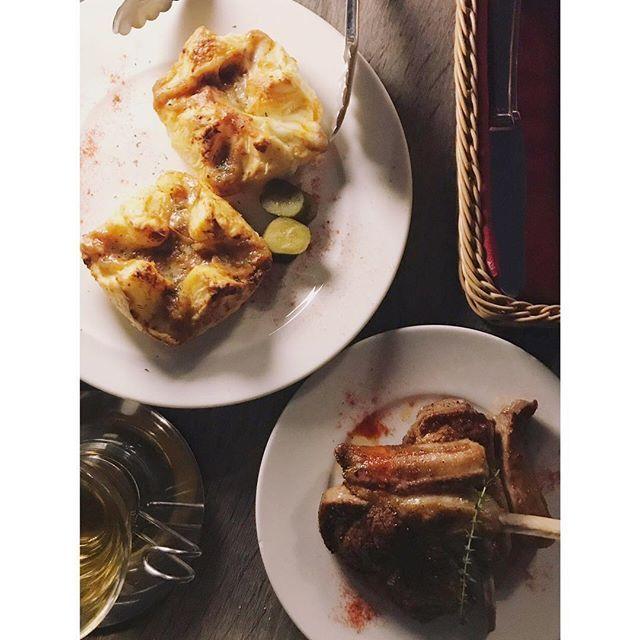 よるめし、屋上テラスで ラム肉のパイとラムチョップ  #lamb #meat #lambchop #dinner #terrace #meatpie #instagramjapan #instagood #night #terracedinner #chillout #photo #cuisine #greatenight #photography #delicious #nightview #myfavorite #holiday #tokyocameraclub #niceweather #instafood #gourmet #ラム #ミートパイ #肉 #夕食 #テラス #東京 #グルメ