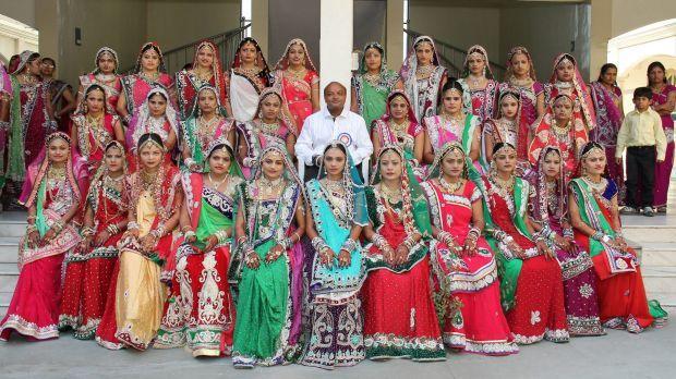 Baik Hati, Pengusaha Ini Nikahkan Para Gadis Yatim di India http://malangtoday.net/wp-content/uploads/2017/01/mahes-savani.jpg MALANGTODAY.NET–Tak sedikit wanita di India yang kadang harus mengubur dalam-dalam impianya untuk menikah kerana keterbatasan ekonomi. Pasalnya, upacara pernikahan di negara yang memiliki jumlah penduduk terbanyak kedua di dunia ini kerap dianggap sebagai sebuah hal penting bagi para w... http://malangtoday.net/inspirasi/hiburan/baik-hati-pe