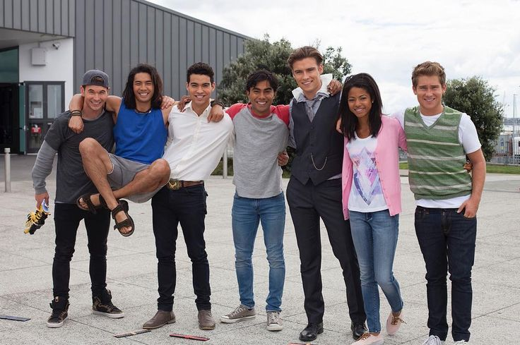 I absolutely love this picture of the cast of Power Rangers Dino Charge/Power Rangers Dino Super Charge. :)