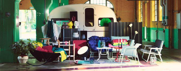 Collezione che include divani, poltrone e tavolini pieghevoli, paravento che attenua i rumori, scatole resistenti, cuscini, plaid, lampade e vasi - IKEA