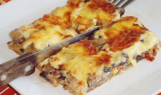 Κοινοποιήστε στο Facebook Μια πανεύκολη συνταγή για αρχάριους, για ένα αγαπημένο πιάτο.Μανιταρόπιτα με καρότο και μπέϊκον χωρίς φύλο. Απολαύστε το σαν ορεκτικό, σαν συνοδευτικό στα ψητά σας αλλά και κυρίως γεύμα ή δείπνο με με μεγάλη πράσινη σαλάτα. Υλικά συνταγής...