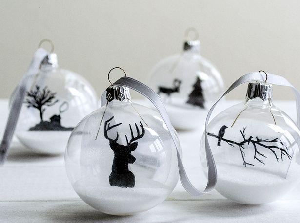 Level: easy // Tattoomotive auf die Weihnachtskugeln gemalt // Gesehen bei: http://www.psbydila.com/christmas-glazen-kerstballen-versieren