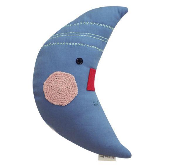 Luna guardapijama/ Lapipaflor/ Luna de tela lino celeste, con mejillas, ojitos y detalles bordados a mano. En el reverso con bolsillo. Medidas 37x6x19 cm/ $ 16.000