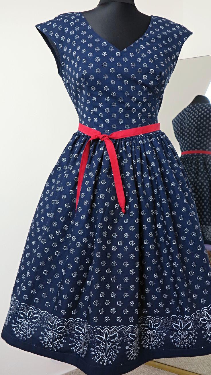 """šaty+modrotiskové,+řasená+sukně,+bordura+ušila+jsem+další+z+variant+modrotiskových+šatů+jsou+ušité+z+pravého+strážnického+modrotisku,+vzor+91+tento+vzor+jsem+zpracovala+nově,+nádherný+letní+motiv+květin+s+výstřihem+do+""""V""""+jsou+se+spadenými+rukávky,+sukně+je+vsazena+asi+2cm+pod+pasem,+velmi+vhodné+pro+všechny+velikosti,+velmi+lichotí+velikosti+42+a+více....sukně+je..."""