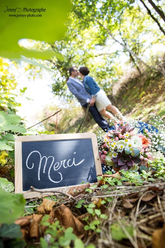 bouquet de fleur mariage fleurs colorées et automnales / mariage en jean et nature / bouquet original / bouquet mariage rond / bouquet fleurs blanches, jaunes et oranges / jean / lumiere naturelle / balade en forêt / buzet sur tarn / marguerite / gypsophiles / feuillages / eucalyptus / bouquet automne / echeveria / succulente / pancarte merci / photo pour remerciements / Jenny's photographe spécialisée dans le mariage sur toulouse et dans le tarn www.jennys-photo.com
