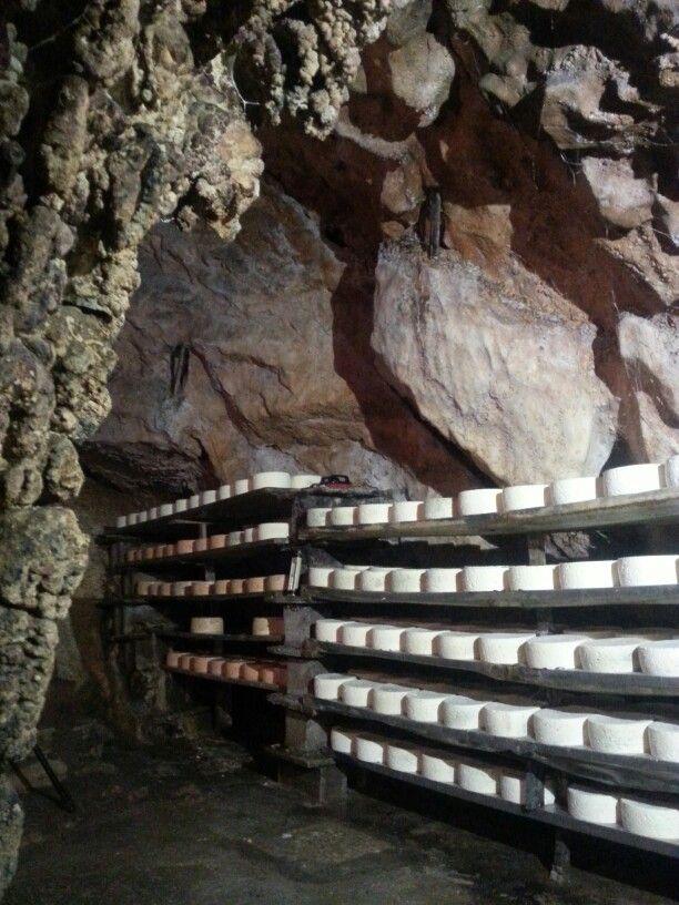 Queso Cabrales madurando en cueva natural de #PicosdeEuropa #Asturias #ParaísoNatural #Spain #Quesos