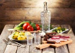 Обои Напитки Водка Овощи Картофель Натюрморт Огурцы Помидоры Хлеб Рюмка Сало Вилка Еда