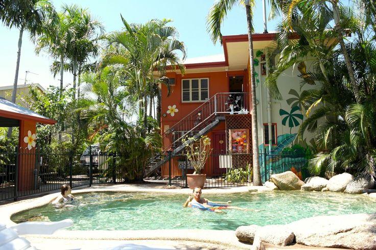 Miglior Ostello in Australia Se viaggi down under (ovvero nella terra dei canguri) non perdere il Traveller's Oasis a Cairns, in Australia. È nella parte nord est nel Queensland, affacciato sulla Grande Barriera Corallina. Ha anche un giardino tropicale con una piscina strepitosa!