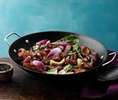 En härlig asiatisk wok som är lättlagad och supergod! Den färdiga woksåsen har en kraftfull och mustig smak som passar utmärkt till biff men den är även god att blanda med kyckling, fläsk eller svamp. Servera woken med äggnudlar eller ris.
