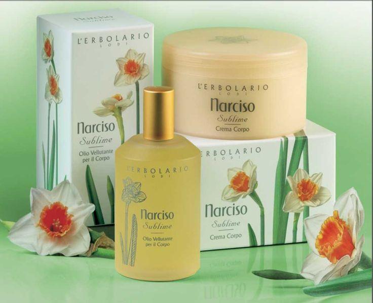 """Tutta rivestita di splendidi Narcisi, Afrodite si presentò all'amato Paride: progettava di incatenare il suo cuore con l'aiuto del sublime profumo di questi fiori delicati. La sua innata bellezza è stata cantata dai poeti e per questo il Narciso è ancora ricordato come fiore """"Poeticus"""". Che sia un mercoledì poetico! #narciso #poesia #afrodite #bellezza > http://www.erbolario.com/linee/45-narciso-sublime"""