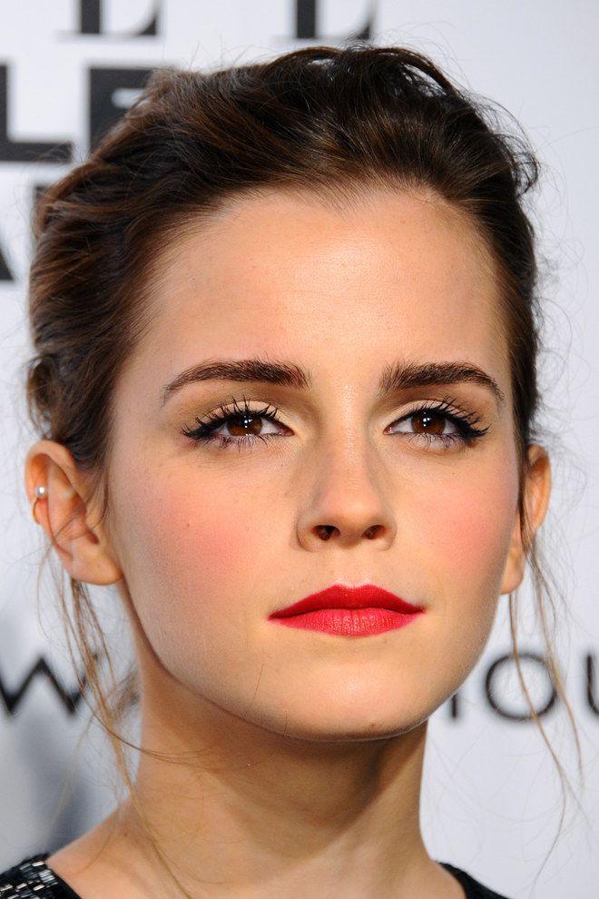 Le rouge à lèvres rouge clair mat permet un maquillage discret, et léger, comme le montre Emma Watson