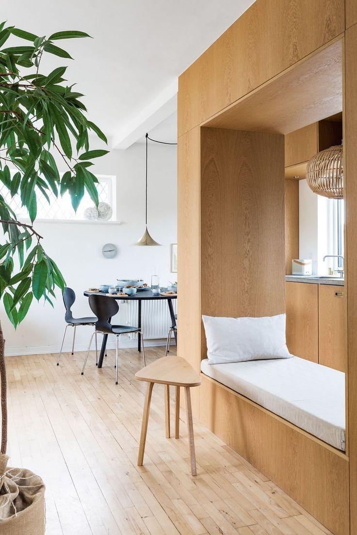 Vakre eikemoduler skiller av stue og kjøkken