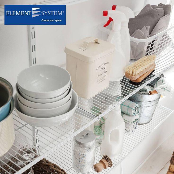 Element System ES32-säätöhyllyjärjestelmän lankahyllyt pysyvät tukevasti paikallaan. Hyllyn 40kg kantavuus kestää korkeampienkin lautaspinojen painon. #sisustus #säilytys #keittiö #kodinhoitohuone #koti #toimisto #sisustussuunnittelu #tilasuunnittelu #sisustusratkaisu #interior #arkkitehti #tukkumyynti #yritysmyynti #helakeskus