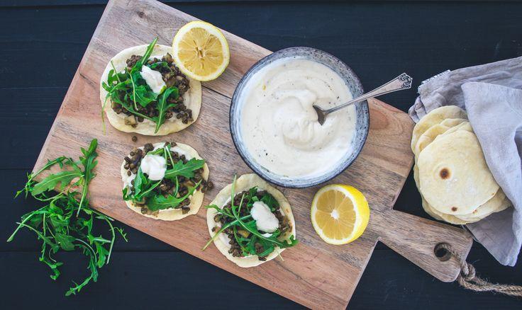 Wenn du auf Fingerfood stehst und mexikanisches Essen bei dir nicht immer scharf sein muss, wirst du diese Tacos mit Linsen und frischem Rucola lieben.
