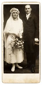 Avioehtoa ei aina oteta esille ennen häitä. Kuvassa tuntematon pariskunta noin vuodelta 1920.
