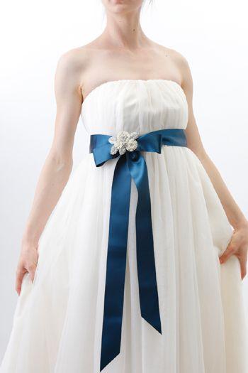 無地サッシュベルトの結び目にポイントとして こんなフラワー&リーフの可愛らしいビジューブローチはいかがでしょう?   裏にはブローチピンがついていますが、ヘッドアクセサリーとしてご使用される場合は無料でコームに変更いたします。  #ウェディング  #結婚式  #ブライダルアクセサリー  #花嫁  #プレ花  #日本中のプレ花嫁様とつながりたい  #結婚  #花嫁小物  #タマラ  #スタジオバラック    #ネックレス  #ティアラ  #ヘッドドレス  #コスチュームジュエリー  #ウェディングアクセサリー  #イヤリング  #ウェディングドレス  #ハンドメイド  #ブライダル小物    #bridalaccessories  #costumejewelry  #tamara  #studiobarrack  #citta  #madeinjapan  #fashion  #tokyo
