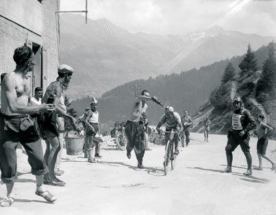 1947 - Sept ans après  Après la deuxième guerre mondiale et l'occupation allemande, la France se reconstruit. Le Tour de la reprise est également un symbole de la volonté et de l'enthousiasme du pays. Jean Robic, dit « Biquet », remporte la Grande Boucle dans la dernière étape à Paris.