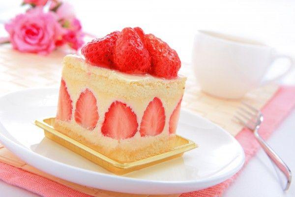 Бисквитный торт с кремом и клубникой
