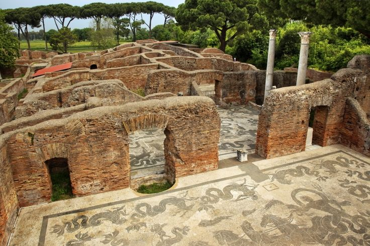Restos de las Termas de Neptuno de #OstiaAntica, ciudad abandonada tras las invasiones bárbaras, a solo media hora de #Roma. http://www.viajararoma.com/ciudades-para-visitar-cercanas-a-roma/ostia-antica/ #turismo #Italia
