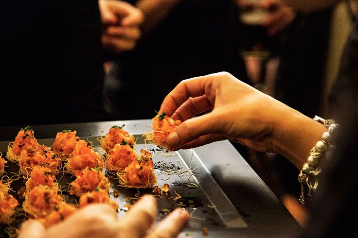 Tartar de salmón con wasabi , sésamo y sus huevas | Aperitivo La Memé Cuina tartar de salmón sobre nido de pasta kataifi #chefadomicilio #chef #barcelona #catering #aperitivos #xef #lamemecuina ★★ La Memé Cuina ★★ para descubrir más sobre nuestros platos www.lamemecuina.com/ ★Boda de Invierno | La Meme Cuina