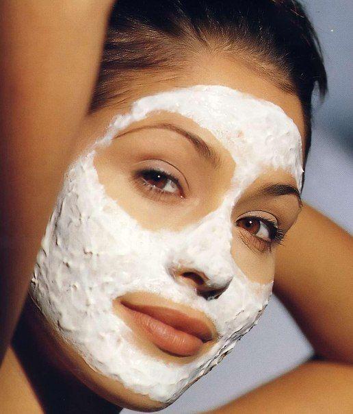 Маска для очищения пор и хорошего цвета лица.  Придает коже матовость. Перетереть 2 столовых ложки овсянки (можно муки), добавить взбитый яичный белок, немного молока. Если кожа сухая, добавьте по 1/2 ч.л. меда и сливок. Нанести на очищенную кожу лица на 15 минут. Смывать чистой чуть теплой водой, протереть лицо ваткой, смоченной в молоке.