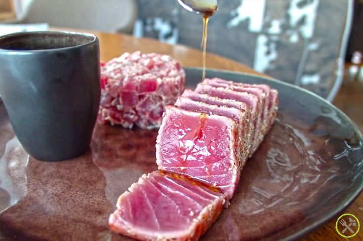 #PALEO #TONIJN DUO: Een duo van verse tonijn: tartaar en tataki. Een koude en een warme versie, simpel en snel te maken, paleo en whole30… maar hemels om te eten! De meeste gezondheidsvoordelen van vis zijn te danken aan het feit dat ze een rijke bron zijn van omega 3. Er bestaan verschillende soorten omega 3-vetzuren, maar vis en visolie bevatten de belangrijkste: EPA en DHA, die vooral voordelen bieden voor ons hart.