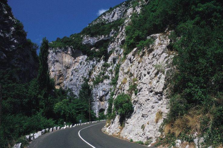 Bella y peligrosa, la carretera que atraviesa el desfiladero de La Hermida, en Cantabria –21 kilómetros, el más largo de España–, está jalonada de miradores con vistas magníficas a impresionantes paredes de roca caliza. Es estrecha y está amenazada por continuos desprendimientos de rocas. Las obras de mejora comenzaron pero pararon por el Año Lebaniego y está previsto que se retomen en la segunda quincena de noviembre de 2017. En 2016 fue elegida como una de las 10 carreteras más…