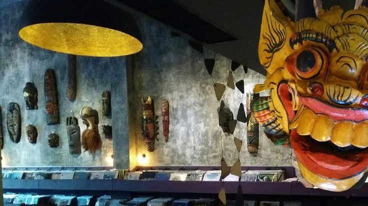 Mια οπτική βουτιά στην πρωτόγονη τέχνη στο Underflow Record Store & Art Gallery με #μάσκες που ανήκουν στη συλλογή του Νίκου Παπαγεωργίου (1913-2017)- εθνολόγου και πρώην πρόεδρου της Ελληνικής Επιτροπής της UNESCO - φαντάζει σαν άσκηση μυσταγωγίας μυημένων και αμύητων στο είδος. --------------------------------------- #musicstore #art #exhibition #mask #fragilemagGR http://fragilemag.gr/h-mageia-ths-makas-undefrlow/