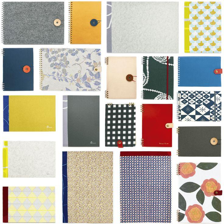 どちらのノートを作りますか? リングノート編 ①サイズを選ぶ ●B5サイズ(大学ノートサイズ)のタテ/ヨコ ●B6サイズ(B5の半分で持ち運びに最適)のタテ/ヨコ上記4種類よりお選びください。 ②表紙、裏表紙を選ぶ 『オモテ表紙』と、『ウラ表紙』をお選びください。革、コットン、PP、紙など様々な素材や色を常時60種類以上揃えています。定番となるスタンダードなものの他、季節によって入れ替わる柄物や、希少な限定品もございます。 ③中紙を選ぶ 万年筆に合うにじみの少ない『バンクペーパー』、ノートには馴染み深い『フールス紙』や、柔らかで、鉛筆などの喰い付きの良いざらざらの『コミック紙』、写真やカードを貼るのに適した『クラフト紙』など、常時約30種類以上をご用意しています。自分の用途に合わせ、贈る相手の気持ちを想像して、自由な組み合わせで2〜4パックをお選びください。定番の紙には、ドット、罫線、方眼タイプもご用意しています。 ④リングの色を選ぶ 5色の中から表紙にあわせて色をお選びください。書くときにリングが手にあたりづらい『上下留め』もオススメです。 ⑤留め具を選ぶ ...