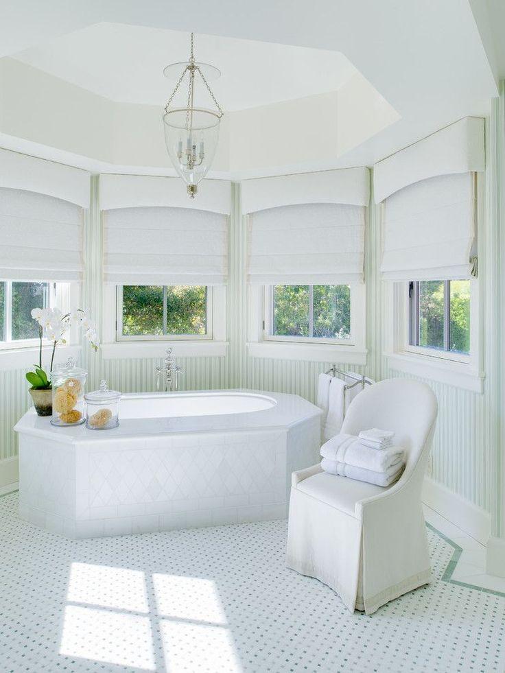Карниз для римских штор: как выбрать, особенности монтажа и 70+ элегантных вариантов для дома http://happymodern.ru/karniz-dlya-rimskix-shtor-foto/ Тосканская ванная комната со спрятанной крепежной конструкцией. Белая плотная ткань над карнизом создает эффект балдахина