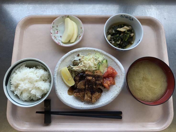 10月24日。ヒレカツ、サラダ、小松菜と竹輪の煮浸し、えのきと揚げの味噌汁、りんごでした!ヒレカツが特に美味しかったです!623カロリーです