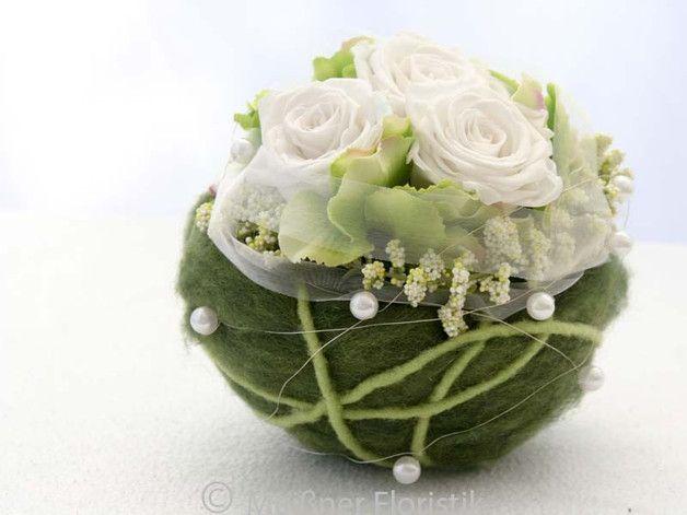 Es handelt sich um ein Gesteck das in einer gefilzten Halbkugel gearbeitet ist. Es ist mit in einem speziellen Verfahren haltbar gemachten Rosen ( die Rosen bleiben über Jahre hinweg schön ) ,...