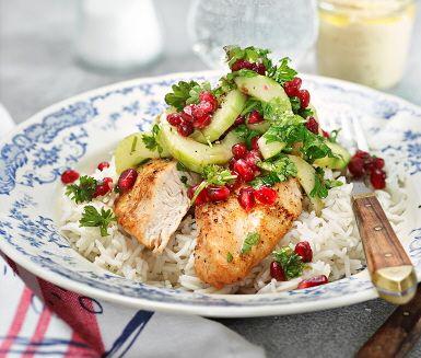 Ugnsstekta kycklingfiléer i sällskap med nykokt ris, ljuvlig granatäppelsallad och smarrig kikärtsröra! Kikärtsröran, som också kallas hummus, gör du snabbt och enkelt av kikärter, pressad vitlök, sesamfrö, olivolja och gräddfil.