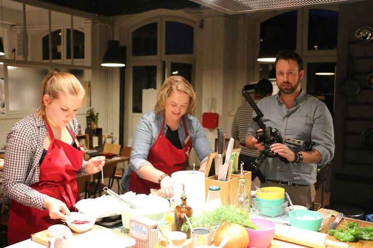 Jens von Kochhelden.TV filmt beim Backen.