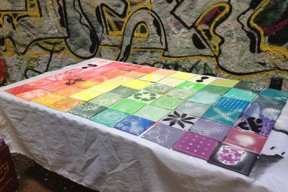 Min spraylounge på Kunsthøjskolen i Holbæk med mixed media regnbuefarvede kakler. Fotograf: Susanne Randers