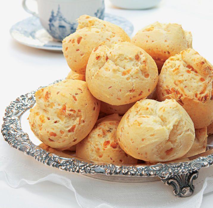 Pão de Queijo Olá! Você sabia que o Pão de Queijo é uma receita típica brasileira, do estado de Minas Gerais? Na mesa de um mineiro não pode faltar café e pão de queijo. Já pensou em preparar um pã...
