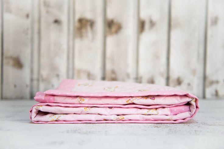 Soffice trapunta rosa per bimba, copertina bambina con orsetti e coniglietti per lettino e culla.Vieni su bebuu.it per saperne di più!