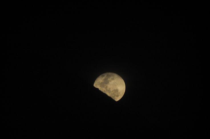 La luna saliendo por detrás del cerro grande- La Serena, Chile  #cerro #luna #fotografía