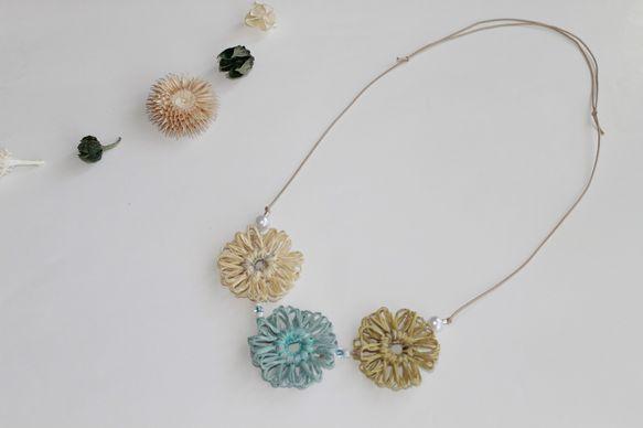 ☆刺繍糸と和紙紐のネックレスを夏季限定で出品します☆和紙紐と刺繍糸で作ったお花のネックレス。Tシャツ1枚でも存在感が夏コーデに仕上げてくれます。※水に弱いので... ハンドメイド、手作り、手仕事品の通販・販売・購入ならCreema。