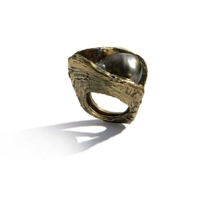 Anello Scultura in bronzo dorato con perla nera. Pezzo Unico