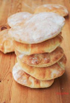 Brottaschen - Rezept mit nur 4 Zutaten! Sie sind perfekt zum Füllen - so wird ein Salat zum Fingerfood. Sehr einfach, leicht und schnell zubereitet.