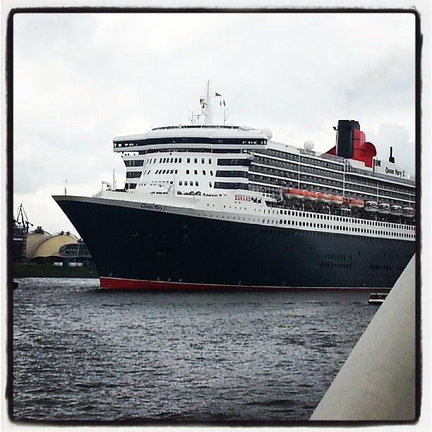 Kaum ein #Kreuzfahrtschiff vermag einen so an das goldene Zeitalter der #Seereisen zu erinnern wie die #QueenMary2. Der spitze Bug und die schlanke Silhouette stehen für klassische Eleganz, wie sie sonst nur bei ihren #Cunard-Schwestern Queen Elizabeth und Queen Victoria zu finden ist.