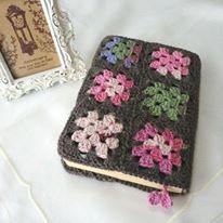 Funda para libros tejida a crochet con la técnica de grannies o cuadros.