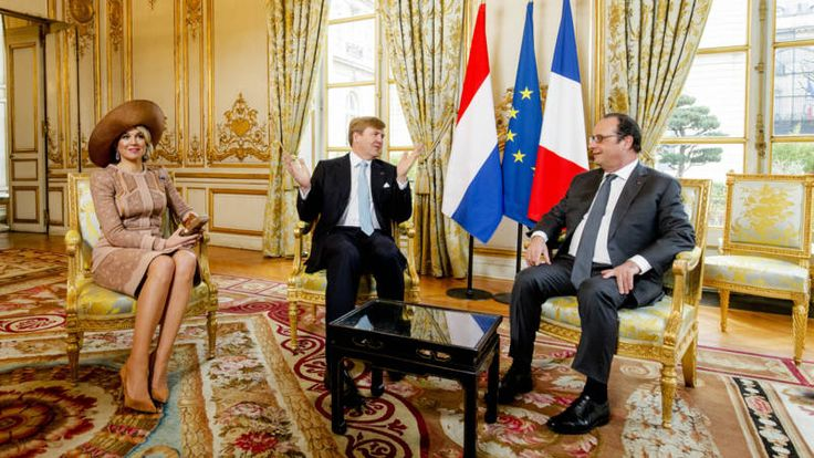 Willem-Alexander en Máxima legden bloemen bij het Graf van de onbekende soldaat. Later gaan ze de portretten van Maerten en Oopjen bekijken.