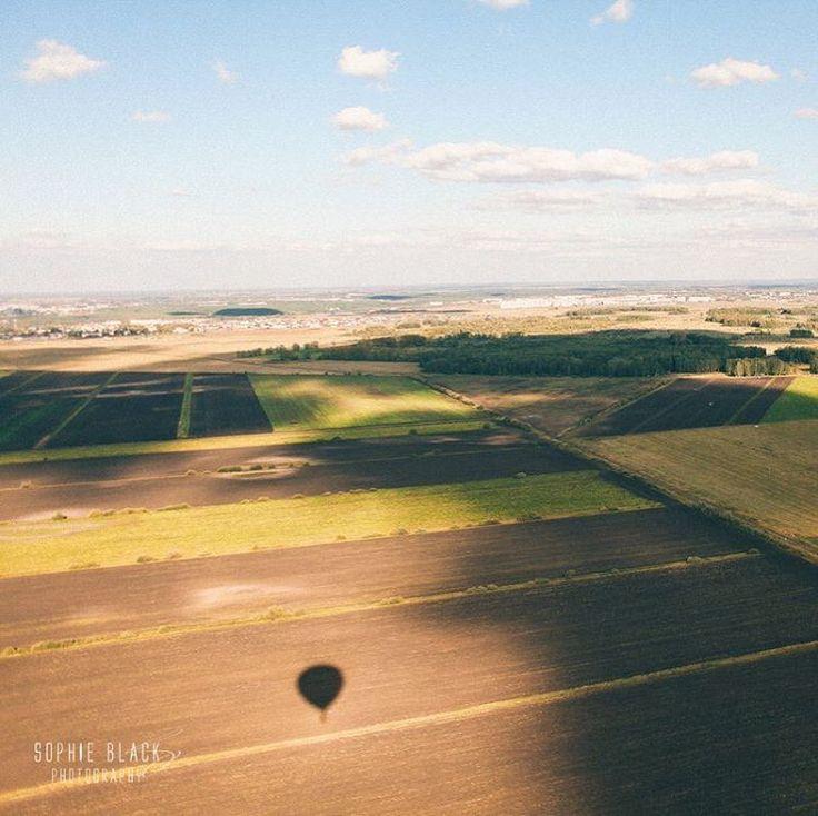 Лучший способ обрести уверенность в себе - это делать то, что ты боишься. Я боюсь высоты и летать. Но самолёты стабильно раз в месяц, и от съемки на воздушном шаре не отказалась, победило любопытство.
